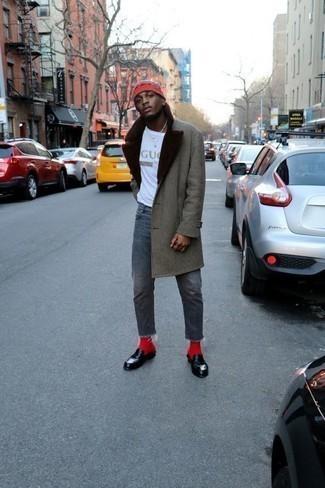 Combinar unos calcetines rojos: Emparejar un abrigo con cuello de piel gris con unos calcetines rojos es una opción inigualable para el fin de semana. Mocasín de cuero negro levantan al instante cualquier look simple.