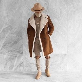 Combinar unos botines chelsea de ante en beige: Para un atuendo tan cómodo como tu sillón utiliza un abrigo de piel de oveja marrón y unos vaqueros desgastados en beige. Elige un par de botines chelsea de ante en beige para mostrar tu inteligencia sartorial.