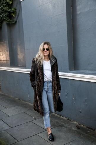 Cómo combinar: mocasín de cuero negros, vaqueros celestes, camiseta con cuello circular blanca, abrigo de piel de leopardo en marrón oscuro
