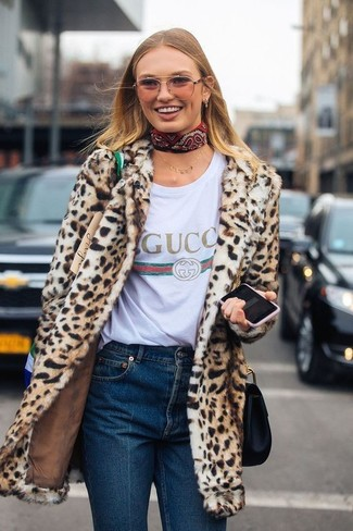 Look de moda: Bolso bandolera de cuero negro, Vaqueros azul marino, Camiseta con cuello circular estampada blanca, Abrigo de piel de leopardo marrón claro