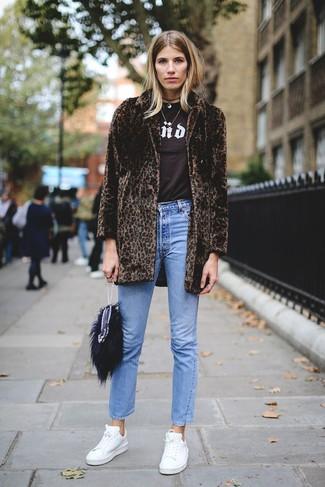 Cómo combinar: tenis de cuero blancos, vaqueros azules, camiseta con cuello circular estampada en marrón oscuro, abrigo de piel de leopardo en marrón oscuro
