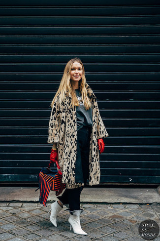 Cómo combinar: botines de cuero blancos, vaqueros azul marino, camiseta con cuello circular estampada en gris oscuro, abrigo de piel de leopardo en beige