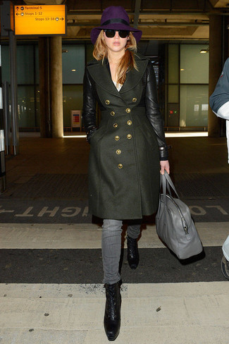 Cómo combinar: botines con cordones de cuero negros, vaqueros grises, camiseta con cuello circular blanca, abrigo verde oliva