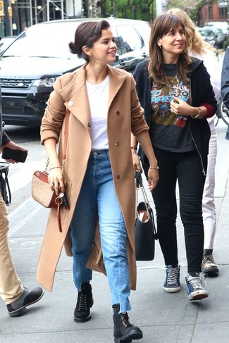 Cómo combinar: botas planas con cordones de ante negras, vaqueros azules, camiseta con cuello circular blanca, abrigo en beige