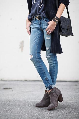 Cómo combinar: botines de ante en gris oscuro, vaqueros desgastados azules, camiseta con cuello circular estampada en gris oscuro, abrigo de rayas verticales azul marino