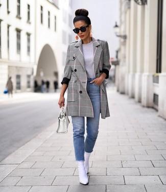 Cómo combinar: botines de cuero blancos, vaqueros celestes, camiseta con cuello circular gris, abrigo de tartán gris