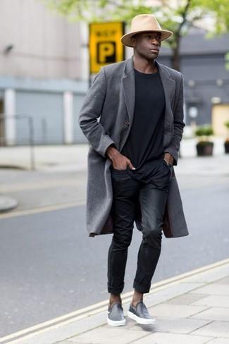 Cómo combinar: zapatillas slip-on de cuero negras, vaqueros negros, camiseta con cuello circular negra, abrigo largo gris