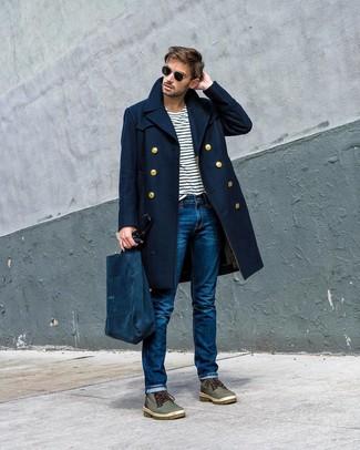 Cómo combinar: botas casual de cuero verde oliva, vaqueros azules, camiseta con cuello circular de rayas horizontales en blanco y azul marino, abrigo largo azul marino