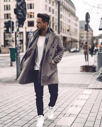 Cómo combinar: zapatillas altas blancas, vaqueros negros, camiseta con cuello circular blanca, abrigo largo a cuadros gris