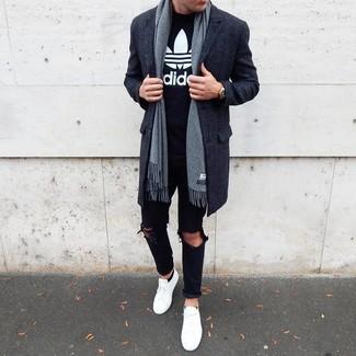 Cómo combinar: tenis blancos, vaqueros desgastados negros, camiseta con cuello circular estampada en negro y blanco, abrigo largo en gris oscuro