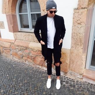 Cómo combinar: tenis blancos, vaqueros desgastados negros, camiseta con cuello circular blanca, abrigo largo negro