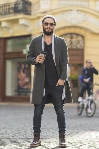 Outfits hombres en clima fresco: Si buscas un estilo adecuado y a la moda, ponte un abrigo largo gris y unos vaqueros en gris oscuro. Botas casual de cuero en marrón oscuro son una opción grandiosa para completar este atuendo.