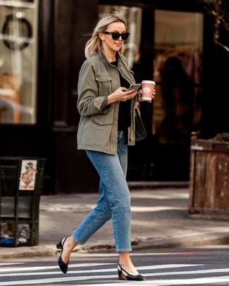 Combinar unas gafas de sol: Un anorak verde oliva y unas gafas de sol son una opción buena para el fin de semana. Zapatos de tacón de cuero negros son una opción buena para completar este atuendo.