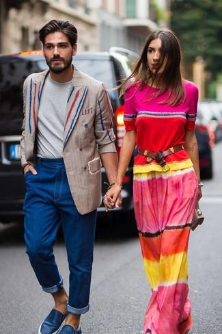 Cómo combinar: zapatillas slip-on de cuero azules, vaqueros azules, camiseta con cuello circular gris, blazer cruzado de rayas verticales en beige