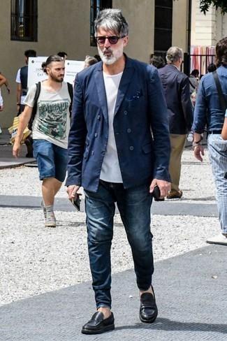 Combinar un pañuelo de bolsillo azul marino: Ponte un blazer cruzado azul marino y un pañuelo de bolsillo azul marino para un almuerzo en domingo con amigos. ¿Te sientes valiente? Opta por un par de mocasín de cuero negro.