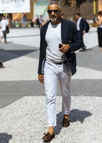 Combinar una camiseta: Ponte una camiseta y unos vaqueros blancos para cualquier sorpresa que haya en el día. Con el calzado, sé más clásico y elige un par de mocasín con borlas de ante en marrón oscuro.