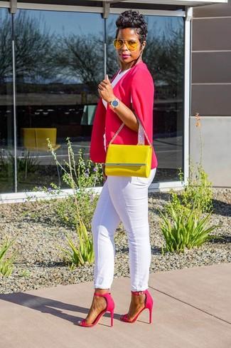 Combinar unos pendientes dorados: Considera emparejar un blazer estilo capa rosa con unos pendientes dorados para un look agradable de fin de semana. Sandalias de tacón de cuero rosa son una opción muy buena para completar este atuendo.