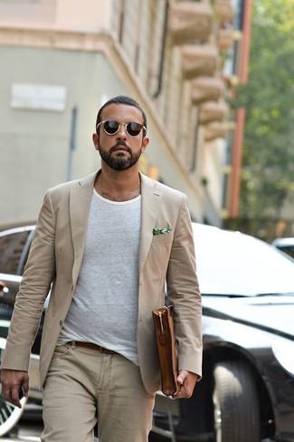Cómo combinar: bolso con cremallera de cuero marrón, vaqueros en beige, camiseta con cuello circular blanca, blazer en beige