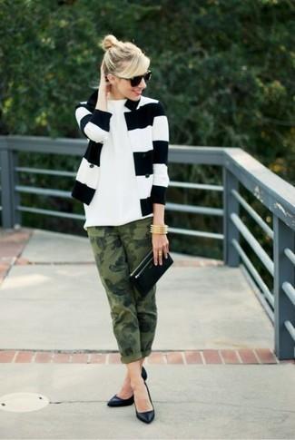 Cómo combinar: zapatos de tacón de cuero negros, vaqueros de camuflaje verde oliva, camiseta con cuello circular blanca, blazer de rayas horizontales en blanco y negro