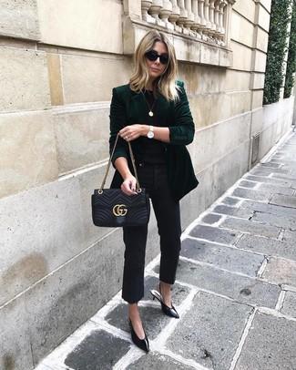 Cómo combinar: zapatos de tacón de cuero negros, vaqueros negros, camiseta con cuello circular negra, blazer de terciopelo verde oscuro