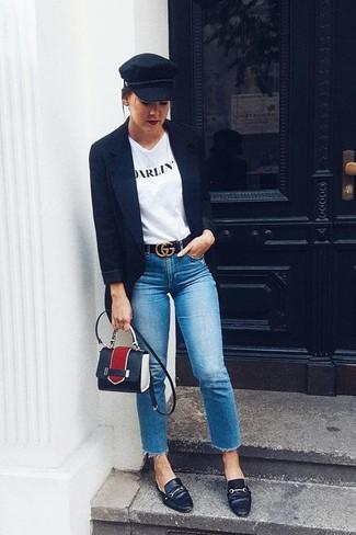 Cómo combinar: mocasín de cuero negros, vaqueros azules, camiseta con cuello circular estampada en blanco y negro, blazer negro