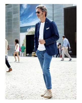 Cómo combinar: tenis en beige, vaqueros azules, camiseta con cuello circular blanca, blazer de algodón azul marino