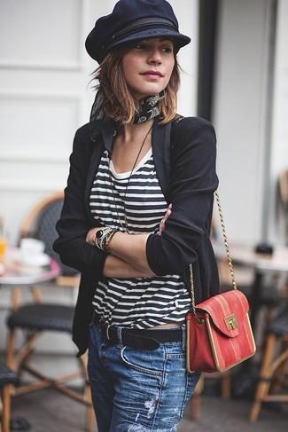 Cómo combinar: bolso bandolera de cuero rojo, vaqueros desgastados azules, camiseta con cuello circular de rayas horizontales en blanco y negro, blazer negro