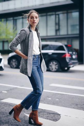 Cómo combinar: botines de ante en tabaco, vaqueros azules, camiseta con cuello circular blanca, blazer de tartán gris