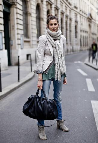 Cómo combinar: botines de ante grises, vaqueros desgastados azules, camiseta con cuello circular verde oscuro, blazer gris