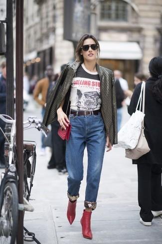 Cómo combinar: botines de cuero rojos, vaqueros azules, camiseta con cuello circular estampada en blanco y negro, blazer de rayas horizontales negro