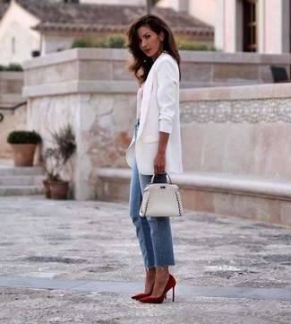 Cómo combinar: zapatos de tacón de ante rojos, vaqueros azules, camiseta con cuello circular de rayas horizontales en blanco y rojo, blazer blanco