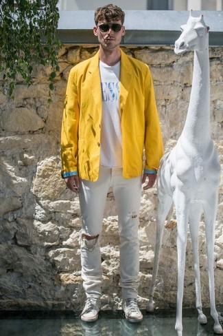 Cómo combinar: zapatillas altas de lona blancas, vaqueros desgastados blancos, camiseta con cuello circular estampada en blanco y azul, blazer de lino amarillo
