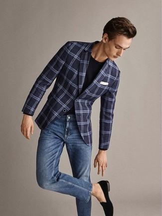 Cómo combinar: mocasín de terciopelo negro, vaqueros azules, camiseta con cuello circular negra, blazer de lana de tartán azul marino