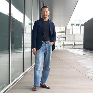 Cómo combinar: mocasín de cuero marrón, vaqueros celestes, camiseta con cuello circular negra, blazer de lana azul marino