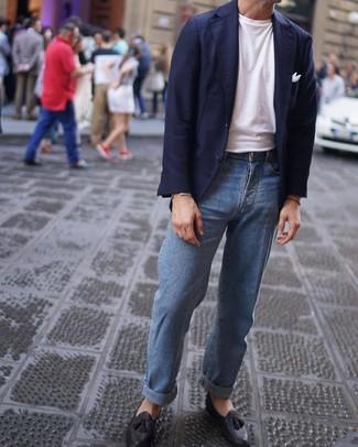 Cómo combinar: mocasín con borlas de cuero negro, vaqueros celestes, camiseta con cuello circular blanca, blazer azul marino