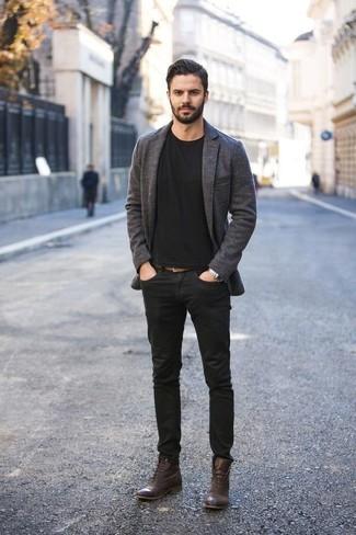 Combinar un reloj plateado: Haz de un blazer de lana en gris oscuro y un reloj plateado tu atuendo para un look agradable de fin de semana. Activa tu modo fiera sartorial y haz de botas casual de cuero en marrón oscuro tu calzado.