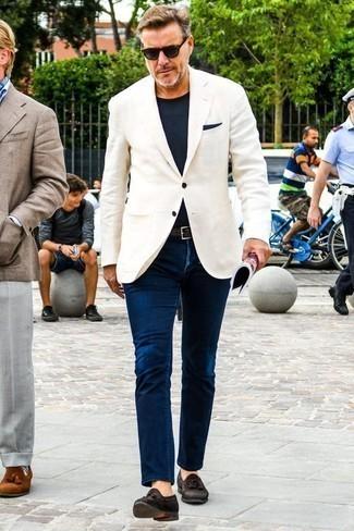 Combinar un pañuelo de bolsillo azul marino: Empareja un blazer blanco junto a un pañuelo de bolsillo azul marino para un look agradable de fin de semana. Con el calzado, sé más clásico y opta por un par de mocasín con borlas de ante en marrón oscuro.