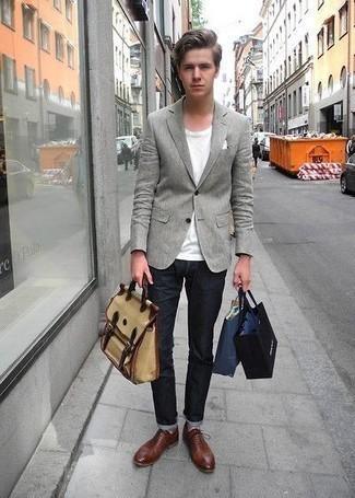 Combinar unos zapatos oxford de cuero marrónes: Casa un blazer gris junto a unos vaqueros azul marino para las 8 horas. Con el calzado, sé más clásico y completa tu atuendo con zapatos oxford de cuero marrónes.