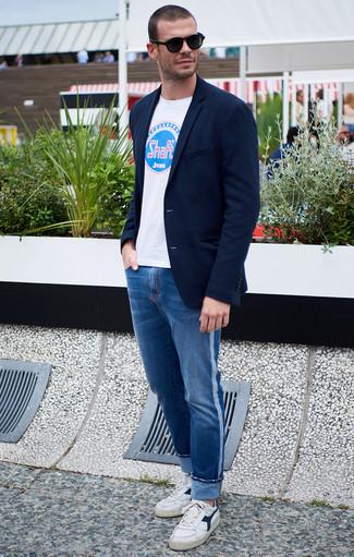 Combinar una camiseta con cuello circular estampada blanca: Una camiseta con cuello circular estampada blanca y unos vaqueros azules son una opción atractiva para el fin de semana. Tenis de cuero en blanco y azul marino son una opción atractiva para complementar tu atuendo.