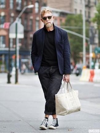 Combinar un blazer azul marino: Utiliza un blazer azul marino y unos vaqueros en gris oscuro para las 8 horas. Si no quieres vestir totalmente formal, opta por un par de zapatillas altas de lona en negro y blanco.