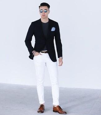 Outfits hombres: Considera emparejar un blazer azul marino junto a unos vaqueros blancos para lograr un estilo informal elegante. Dale onda a tu ropa con zapatos derby de cuero marrónes.