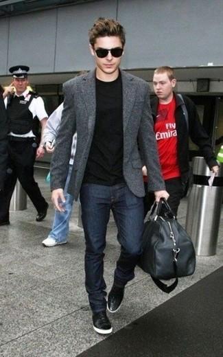 Look de Zac Efron: Zapatillas altas de cuero negras, Vaqueros azul marino, Camiseta con cuello circular negra, Blazer de lana en gris oscuro