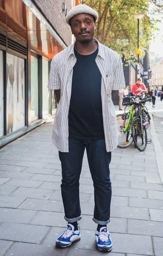 Combinar un gorro blanco: Intenta combinar una camisa de manga corta de rayas verticales en blanco y negro con un gorro blanco para un look agradable de fin de semana. Deportivas en blanco y azul son una forma sencilla de mejorar tu look.