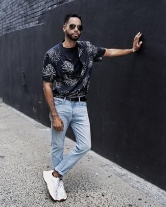Combinar unos calcetines invisibles negros: Emparejar una camisa de manga corta con print de flores en azul marino y blanco junto a unos calcetines invisibles negros es una opción perfecta para el fin de semana. ¿Te sientes valiente? Elige un par de deportivas blancas.