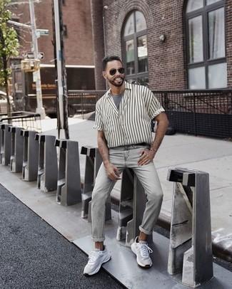 Combinar unos calcetines invisibles negros: Emparejar una camisa de manga corta de rayas verticales en blanco y negro con unos calcetines invisibles negros es una opción práctica para el fin de semana. Dale onda a tu ropa con deportivas blancas.