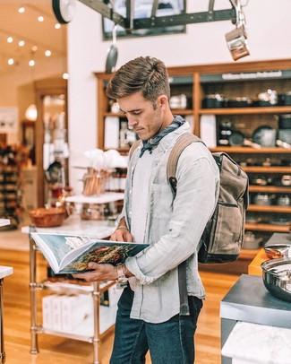 Cómo combinar: mochila de lona marrón, vaqueros azul marino, camiseta con cuello circular blanca, camisa de manga larga de lino gris