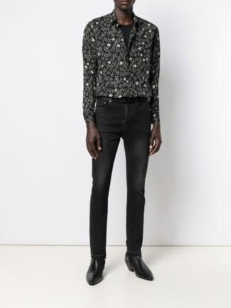 Cómo combinar: botines chelsea de cuero negros, vaqueros negros, camiseta con cuello circular negra, camisa de manga larga de estrellas en negro y blanco