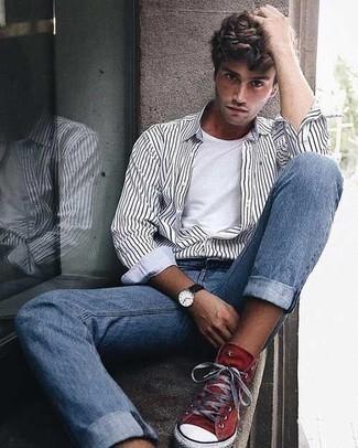 Outfits hombres: Para un atuendo que esté lleno de caracter y personalidad elige una camisa de manga larga de rayas verticales en blanco y negro y unos vaqueros celestes. ¿Quieres elegir un zapato informal? Completa tu atuendo con zapatillas altas de lona rojas para el día.