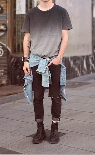 Cómo combinar: botas casual de cuero negras, vaqueros desgastados negros, camiseta con cuello circular ombre gris, camisa vaquera celeste