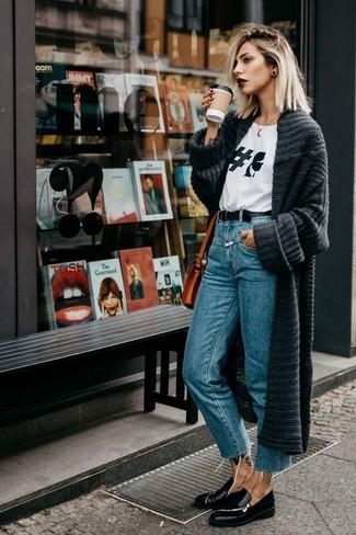 Cómo combinar: mocasín de cuero negros, vaqueros azules, camiseta con cuello circular estampada en blanco y negro, cárdigan abierto de punto en gris oscuro